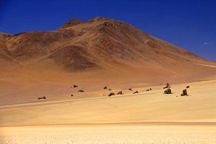 Die Farbenspiele der coloured mountains in den bolivianischen Anden