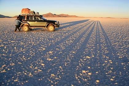 Bei Sonnenaufgang auf der Salar de Uyuni in Bolivien