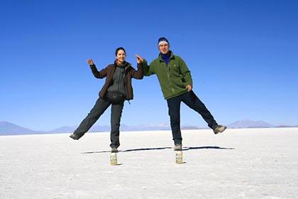 Balance halten in der Salar de Uyuni