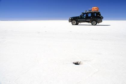 Ein Loch im Salz der Salar de Uyuni in Bolivien
