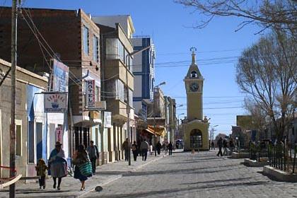 Der Uhrtum am zentralen Platz der Stadt Uyuni