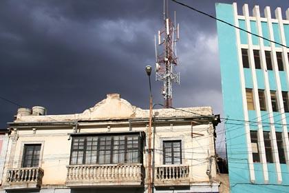 Schwarze Wolken über Potosi in Bolivien