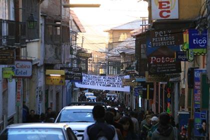 Die überfüllten Straßen von Potosi