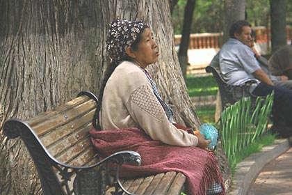 Eine Frau auf einer Parkbank in Sucre