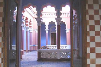 Maurisch verzierte Säulen im Castello de Glorietta