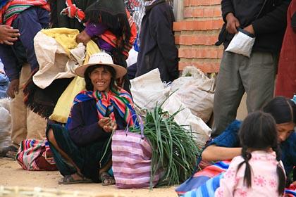 Eine Verkäuferin auf dem Markt von Tarabuco