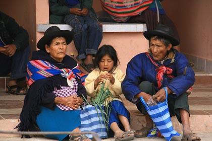Eine bolivianische Familie auf dem Markt in Tarabuco