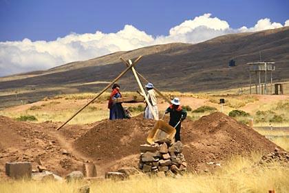 Einfache Grabungsarbeiten in Tiwanaku in der Nähe des Titicacasees