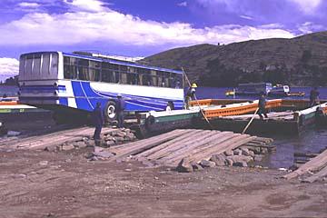 in der See-Enge des Titikaka-Sees wird jeder Bus auf ein motorisiertes Holzfloos verladen, Bolivien