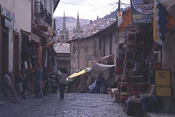 eine Nebenstraße des Kunstmarktes oberhalb der Kirche San Francisco in La Paz, Bolivien