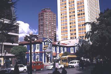 Treiben auf der Hauptstrasse in La Paz, Bolivien