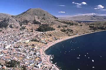 die Stadt Copacabana vom nahegelegenen Aussichtspunkt, Bolivien