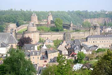 Blick auf die mächtige Burganlage Fougeres