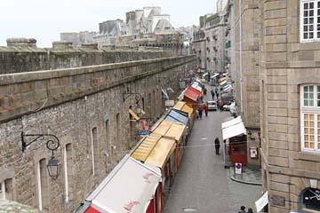 St. Malo, Blick von der Stadtmauer hinunter in die Gassen