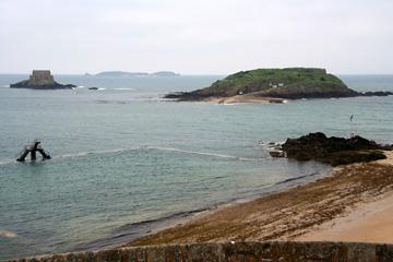 """St. Malo, Blick von der Stadtmauer auf die Insel """"Ie du Grand Be"""""""