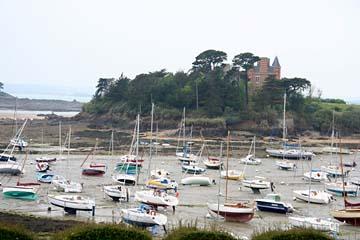 Fahrt von St. Malo nach Dinan, bei Ebbe trocken liegende Boote