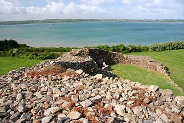 """Blick vom Grabmal """"Tumulus de Barnenez"""" auf die Küste"""