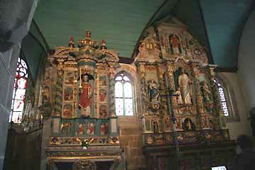 reich verzierte Altäre in der Kirche in Guimiliau