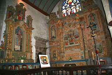reich geschmückte Altäre in der Kirche in Lampaul-Guimiliau