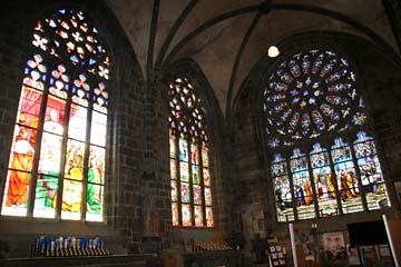 Wallfahrtsort Le Folgoet, schöne Glasfenster in der Basilika Notre Dame