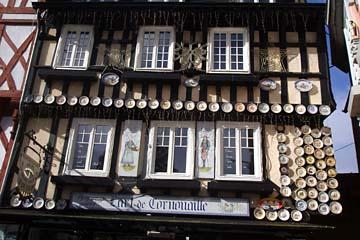Häuserfassade mit glasierten Tonwaren in Quimper
