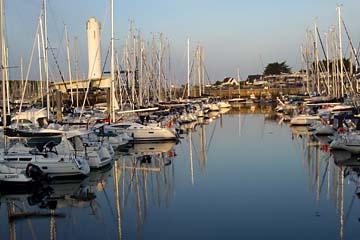 Morgen am Jachthafen mit Leuchtturm in Arzon