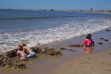 warten bis das Wasser kommt, am Strand bei la Baule