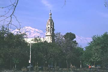 Blick vom Stadtpark auf die umliegenden Berge von Santiago, Chile