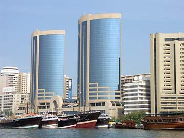 auf der Seite von Deira gibt es viele Hochhäuser entlang des Dubai Creek in Dubai, VAE