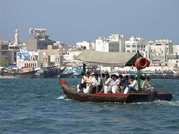 ein Boots auf dem Dubai Creek fährt von Deira nach Dubai, VAE