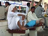 Araber auf einer Bank in den Vereinigte Arabische Emirate