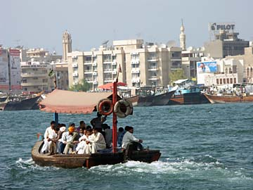 viele Dschunken verkehren zwischen Deira und Dubai hin und her, Dubai, VAE