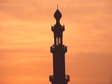 ein Minarett einer Moschee in Dubai bei Sonnenaufgang, VAE