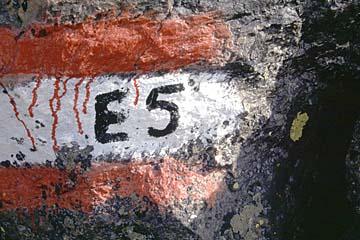 Wegzeichen am E5 Fernwanderweg