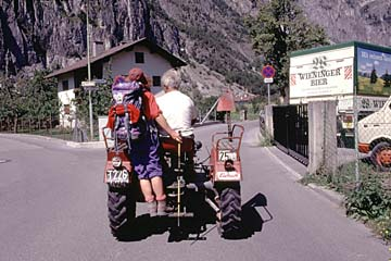 Fernwanderweg E5 - Bild 0104 in Zams, mit dem Traktor zur Unterkunft