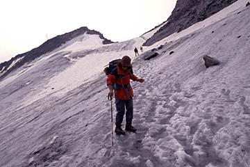 Fernwanderweg E5 - Bild 0193 Abstieg über einen Firnhang des Pitztaler Joechl nach Zwieselstein im Oetztal