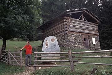 Fernwanderweg E5 - Bild 0238 Andreas-Hofer-Hütte mit Gedenkstein am E5 Fernwanderweg