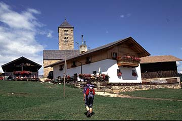 Fernwanderweg E5 - Bild 0355 Ort Lafenn mit Kirche St. Jakob