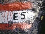 Das Zeichen des Fernwanderweges E5 beim Wandern quer durch die Alpen