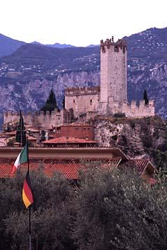 das Wahrzeichen von Malcesine - die Scaglierburg oberhalb des Gardasee, Oberitalien