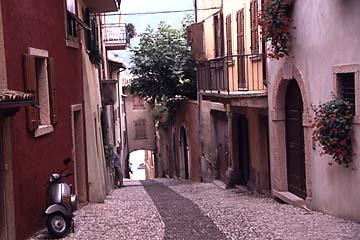 die Altstadt von Malcesine an der Ostküste des Gardasee, Norditalien