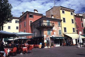 die Altstadt von Garda am Gardasee, Norditalien