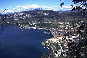 Blick auf den Gardasee vom Aussichtsberg La Rocca, Italien