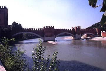 die Brücke Ponte Scagliero war einst derf Fluchtweg über die Etsch, Verona, Italien