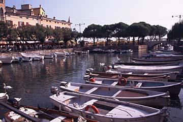 der Hafen von Dezensano am südlichen Gardasee, Italien
