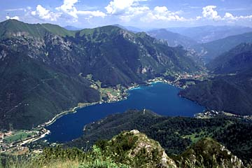der Lago di Ledro in der Nähe des Gardasee, Oberitalien