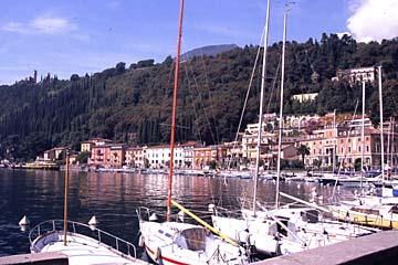 der Hafen von Maderno am Gardasee, Oberitalien