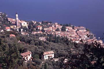 die Ortschaft Gargnano vom Berghang aus, Gardasee
