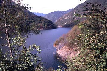 der Lago di Valvestino an den Bergen oberhalb von Gargnano am Gardasee