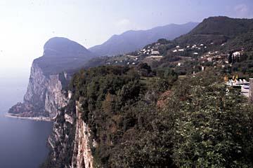 Ausblick von Piefe Tremosine auf die Steilküste am Westufer des Gardasee, Italien